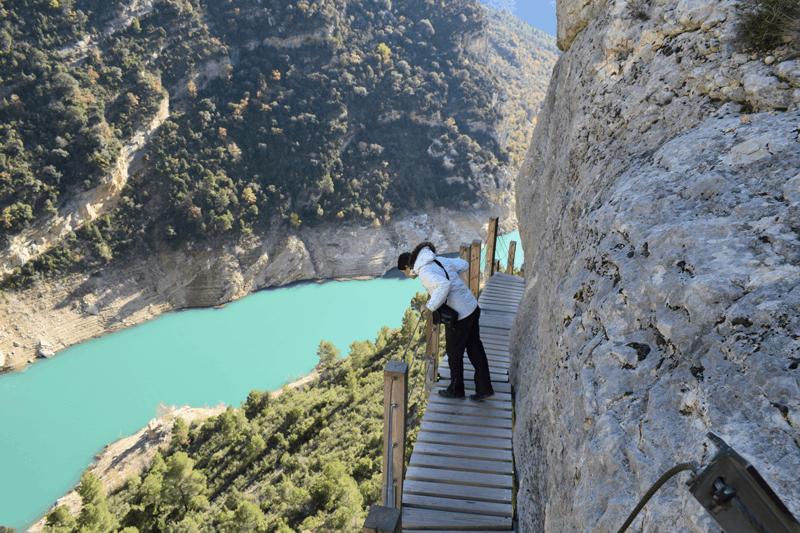 Escaleras ancladas en la roca