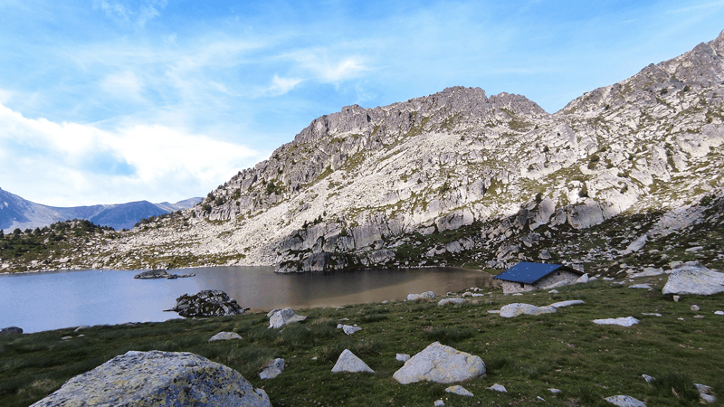 Vistas del lago y del refugio de Montmalus