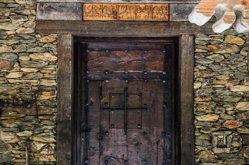 Puerta de madera de una casa en auvinya