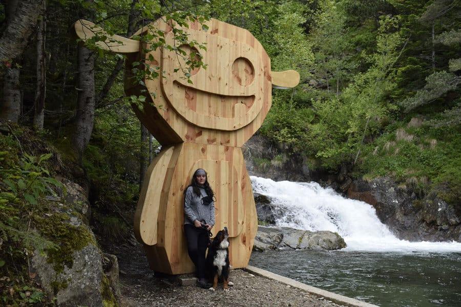 Escultura de madera de un tamarro