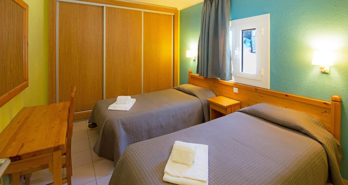 habitacion con dos camas individuales