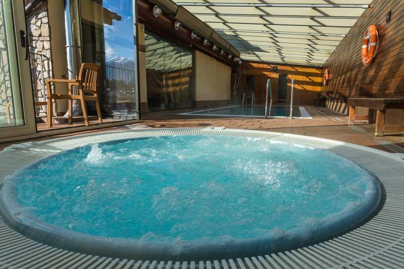Vista de la piscina y el jacuzzi del hotel
