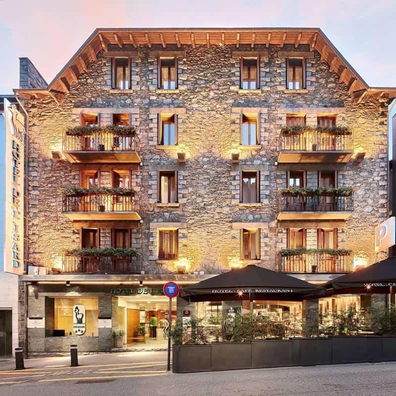 Vista de la fachada completa del hotel